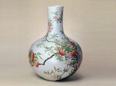 Famille Rose Porcelain Vase, Qing Dynasty (1644-1911).