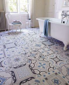 Un sol de salle de bains en carreaux de ciment bleus