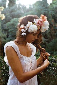 Novia con corona de flores grandes