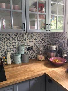 Lieben Sie die warmen Holztöne mit dem zweifarbigen Grau und den rückseitigen Kacheln mit Patchworkfliesen - küche deko