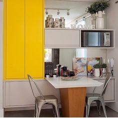 Copa/cozinha, destaque para a mesa acoplada ao armário, espelho revestindo a parede e amarelo do armário superior se destacando e valorizando o cinza predominante, top!!! Projeto by @studioconceptus e by @juliaribeirofotografia #cocina #gourmet #kitchen #sp #cozinha #arquiteta #interiors #homedecor #arquitetura #photo #yellow #details #decoration #design #contemporaneo #architecture #instablogger #instafriends #cool #blogfabiarquiteta #fabiarquiteta
