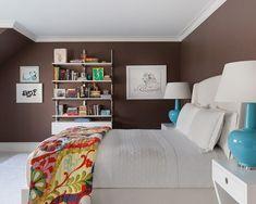 dormitorio matrimonial moderno con lámparas azules
