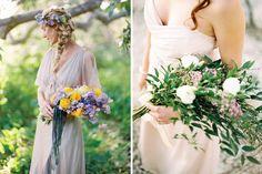 Buquê braçada, feito para ser carregado no braço, com flores de caule longo e folhagens, também é conhecido como buquê Miss ou Pageant.  Créditos: Lovely Bride / Red Campbell