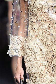Guarda la sfilata di moda Dolce & Gabbana a Milano e scopri la collezione di abiti e accessori per la stagione Collezioni Primavera Estate 2012.