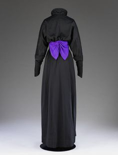 1910-1912, England - Dress by John Redfern - Cashmere, trimmed with silk crêpe, wire