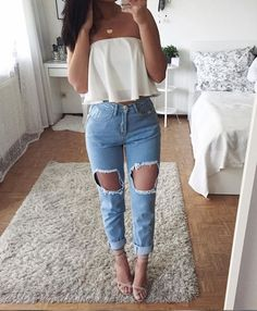 Ripped jeans for women can be paired with various items in order to look cool and fashionable. Check out our ideas how to wear your jeans. Jean Outfits, Chic Outfits, Trendy Outfits, Winter Outfits, Fashion Outfits, Fashionable Outfits, Style Fashion, Fashion Beauty, Spring Outfits For School