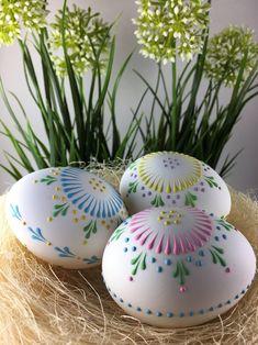 Fascinating Easter crafts for having fun yours familly Polish Easter, Easter Egg Pattern, Polish Folk Art, Easter Egg Designs, Easter Season, Egg Art, Egg Decorating, Rosettes, Easter Crafts