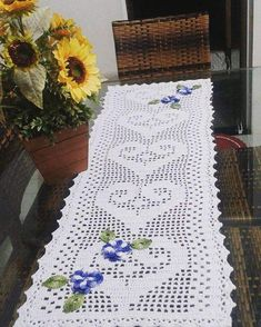 Caminho de mesa de crochê: 51 ideias para decorar sua casa Bohemian Rug, Rugs, Home Decor, Crochet Table Runner, Diy And Crafts, Simple Desk, Crochet House, Mesas, Farmhouse Rugs