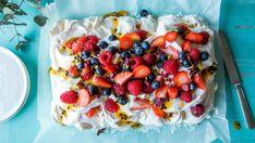 Pavlova i langpanne med krem og pasjonsfruktsaus