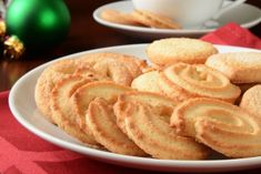 Danish cookies: the recipe for the famous crumbly and delicious butter cookies Danish Butter Cookies, Buttery Cookies, Vanilla Cookies, Royal Dansk Butter Cookies Recipe, Cookie Recipes, Dessert Recipes, Cookie Desserts, Wow Recipe, Cookie Cake Pie