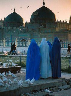 """El problema real viene cuando preguntas. ¿pueden elegir? si pueden elegir, yo lo respeto totalmente, el problema, es cuando las condenan por """"exhibirse"""" al quitarse un burka cuando hace mucho calor. ~Que vida mas contradictoria"""