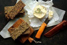 Pieczywo chrupkie domowej roboty – bezglutenowe i wegańskie. Pieczywo chrupkie to przekąska obowiązkowa w każdym skandynawskim domu. W Polsce chrupkie kromki kojarzą się głównie z paczkowanym produktem pewnej... Gotuj więcej »