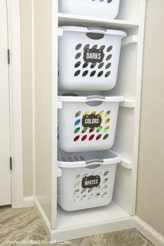 Dicas de Como Organizar a Lavanderia Quanto as roupas limpas, separe em cestos diferentes com etiquetas indicando o tipo de roupa, assim quando você quiser uma roupa que estiver na pilha para passar, vai saber em que pilha procurar, pois estarão nos cestos etiquetados. Cestos de Roupas Sujas e Limpas