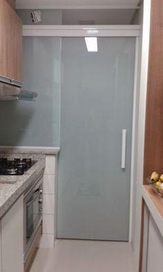 Amo Meu Ape: Porta na Área de Serviço Kitchen Decor, Kitchen Design, Italian Home Decor, Laundry Room Design, Cuisines Design, Luxurious Bedrooms, Interior Design Living Room, Home Kitchens, Sweet Home