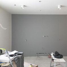 Olohuoneen harmaa seinä, Tikkurila Deco Grey 1952. Sävyvalinta onnistui aikas hyvin, paljon aikaa sen pähkäilyyn menikin #tehosteseinä #maalaushommia #tikkurila #decogrey #harmaa #olohuone #raksa #rakennusprojekti #taloprojekti #uusikoti #evesatalot #greywall #nytthus #byggahus