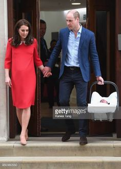 Duchess of Cambridge Kate Middleton and husband Prince William left the hospital with their third child just seven hours after his birth. Prince George Alexander Louis, Prince William And Catherine, Prince Georges, George Of Cambridge, Duchess Of Cambridge, Beauty And Fashion, Royal Fashion, Jenny Packham, Diana Spencer