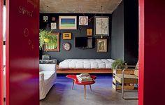 Você gosta de teatro? Rafael Mello, designer de interiores e morador deste loft de 70 m², ama. Paredes pretas e tablado fazem deste espaço um espetáculo imperdível