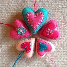Adornos de corazón de fieltro rojo, blanco y azul  Tres grandes corazón aprox. 2 de ancho Una de corazones pequeños de aproximadamente 1 1/2 de ancho  La mano cosió corazones hinchados de rojo, azul y blanco se sentía. Que sería agradables para el día de San Valentín, día de los veteranos, cuatro de julio o árbol de Navidad adornos o toppers de regalo encantador. Son divertidos para colgar en plantas de la casa y alrededor de la casa durante las vacaciones ♥  Usted recibirá los cuatro…