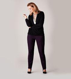 A slim leg shape creates a long, lean line from hip to ankle. / Une coupe de pantalon étroite crée une silhouette longiligne des hanches aux chevilles.