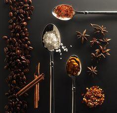 Sapevate che con il caffè si possono preparare cosmetici casalinghi, naturali e molto efficaci per la salute della pelle del viso e del corpo? Ecco allora 5 valide preparazioni per riutilizzare il caffè, oltre all'espresso quotidiano, ovviamente!