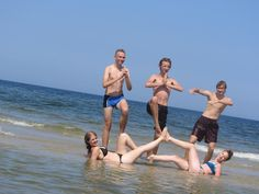 Nie ma nudy na plaży! Zawsze znajdzie się ktoś kto ubarwi nam czas :)  Wakacje ze znajomymi to najlepsza opcja. #wakacje2015 #znajomi #fun #plaża #morze