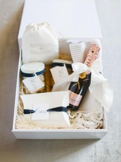 Wedding favors and welcome bags for your wedding weekend that is best. Wedding Welcome Baskets, Wedding Welcome Gifts, Tea Wedding Favors, Wedding Favours Luxury, Creative Wedding Favors, Inexpensive Wedding Favors, Elegant Wedding Favors, Wedding Gift Bags, Wedding Gifts For Guests