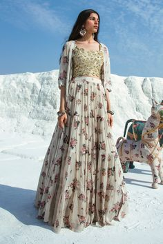 Indian Gowns Dresses, Indian Fashion Dresses, Dress Indian Style, Indian Designer Outfits, Fashion Blouses, Indian Wear, Indian Wedding Outfits, Indian Outfits, Wedding Dresses