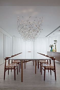 Bernardes Arquitetura Higienópolis/SP (cadeiras de Hans J. Wegner e luminária Universe Custom, de Jan Pauwels)