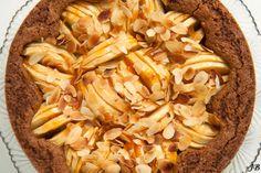 Appel - speculaastaart (ingrediënten: zelfrijzend bakmeel, bruine basterdsuiker, speculaaskruiden, boter, zout, water, appel, amandelspijs, ei, amandelschaafsel en abrikozenjam) (@ Carolines Blog)