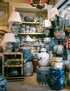 via Town and Country by way of The Dune Berry William-Wayne & Co. ~ collection of blue & white porcelain Blue And White China, Blue China, Delft, Chinoiserie Chic, White Rooms, Town And Country, White Houses, White Decor, White Porcelain