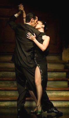 to kiss with green shoes & tango/rumba Shall We Dance, Lets Dance, Ballroom Dancing, Swing Dancing, Dance Art, Dance Music, Ballet Dance, Danse Latino, Tango Dancers