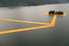 Marchez sur l'eau avec The Floating Piers de l'artiste Christo - Journal du Design