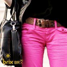 """Calça Colorida: como usar e combinar? As calças coloridas podem ser encontradas em várias cores, porém as com tons vibrantes como vermelho, tonalidades de neon ou candy colors, que são em tons pastel, estão mais em alta. Quanto ao tecido, indica-se as de sarja ou jeans, com cintura intermediária. """"Já os modelos estão ecléticos. As mulheres podem apostar nas calças skinny, reta, flair ou com com a barra desfiada"""", ensina."""