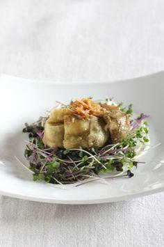 焼き茄子サラダ|茄子1袋(4-5本) ブロッコリスプラウト(写真では紫キャベツスプラウトも使用)1パック <A> 醤油大さじ1 酢大さじ1 ごま油(白)大さじ1 生姜千切り大さじ1