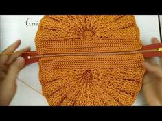 Tutorial paso a paso de cartera de fiesta tejida con ganchillo con moldes, y videos crochet freecrochet knittingpatterns knitting Crochet Clutch Bags, Crochet Purse Patterns, Crochet Pouch, Crochet Handbags, Crochet Purses, Knitting Patterns, Knit Crochet, Crochet Bags, Diy Crafts Crochet