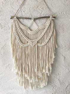 The Fiona Wall macrame unbleached 100% cotton with reclaimed Driftwood from the South. Hand-made in France. Approx measurements (approx): -Macrame (unattached) length: 50 cm -Macrame width: 30 cm -Driftwood: 32 cm Feasibility of measurement. Macrame Wall Hanging made of 100%