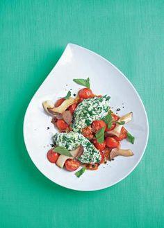 Ricotta-Spinat-Nocken mit Pilz-Tomaten-Gemüse: Viele Gewürze und eine Menge verschiedenes Gemüse verleihen diesem Rezept das gewisse Etwas. Nicht nur optisch ein Traum, auch geschmacklich kann dieses Rezept überzeugen. www.fuersie.de/kochen/polettos-rezepte/galerie/vegetarische-rezepte-von-cornelia-poletto/page/2#content-top