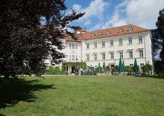 EIN DRITTER FLÜGEL FÜR SCHLOSS LÜBBENAU  Mitten im Spreewald steht das Schlosshotel Lübbenau auf einem Anwesen, zu dem der neun Hektar große Schlosspark, die als Brasserie genutzte Orangerie, der Marstall und die Kanzlei gehören. Das historische Ensemble im ältesten Stadtteil Lübbenaus ist seit 1621 im Besitz der Grafen zu Lynar. Seit 1992 als 4-Sterne-Hotel geführt, beherbergt das Schloss 44 Zimmer und Suiten sowie einen Wellnessbereich im Schlossgewölbe.