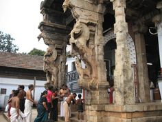 Yali_pillars_at_entrance_to_Padmanabhaswamy_temple_at_Thiruvanthapuram.jpg (1600×1200)