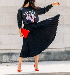 disney jumper Street Style Trends, Evil Queens, Sassy Girl, Disney Style, Shirt Outfit, Retro Fashion, Midi Skirt, High Waisted Skirt, Instagram