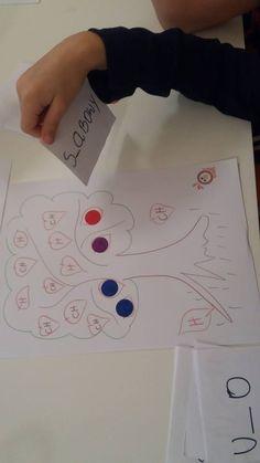Na karcie widnieje wyraz z luką w miejscu trudności ortograficznej i rysunek przedstawiający wyraz z karty. Do wojny potrzebne są dwa kompl...
