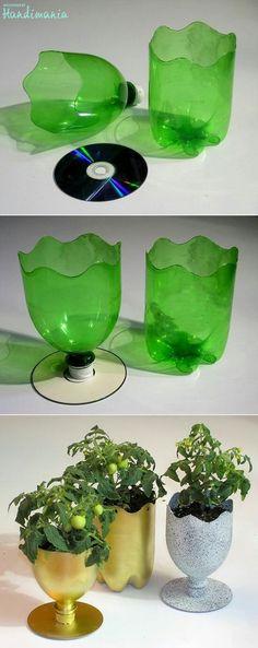 Originales copas creadas a partir de botellas de plástico, buenoy un CD. En este casopodemos aprovechar tanto la parte del cuello de la botella como su parte inferior.Utilizandoun CD, como base de la copay pintándola de formas elegantes o divertidas y tendremos unas originales copas o contenedores para beber, como joyero para los anillos o como en la imagen para plantas.