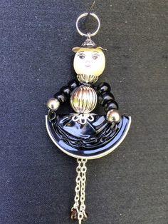 Petite demoiselle faite de capsule nespresso et de perles, tête en bois, bras en petites perles de verre et jambes en chaînette. Petit chapeau en capsule. Pièce unique et faite - 18631737