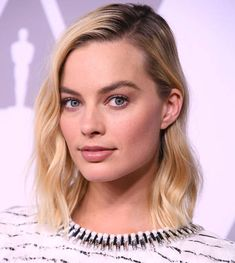 Margot Robbie arrives at the Annual Academy Awards Nominee Luncheon at The Beverly Hilton Hotel on February 5 2018 in Beverly Hills California Actriz Margot Robbie, Margot Robbie Style, Margot Elise Robbie, Messy Hairstyles, Wedding Hairstyles, Hair Inspo, Hair Inspiration, Short Blonde, Ideias Fashion
