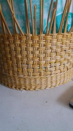 Paper Basket Weaving, Pine Needle Crafts, Basket Willow, Diy And Crafts, Arts And Crafts, Knot Pillow, Crochet Basket Pattern, Newspaper Crafts, Cardboard Furniture