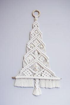 Macrame Design, Macrame Art, Macrame Projects, Macrame Knots, Macrame Wall Hanging Patterns, Macrame Plant Hangers, Macrame Patterns, Handmade Christmas, Christmas Tree