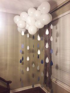 Idée diy pour réaliser des ballons nuages et leurs gouttes de pluie. Ballons à retrouver sur à retrouver sur www.rosecaramelle.fr #nuage #soleil #deco #fete #kids #birthday #anniversaire #cloud #rain #raindrop #babyshower #sweettable
