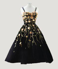 Pierre Balmain Haute Couture, 1953 ROBE DE COCKTAIL EN VELOURS NOIR, TRAVAIL DE FLEURS EN BOUILLONNÉ DE MOUSSELINE, TIGES ET FEUILLES EN MINUSCULES RUBANS RÉALISÉ PAR LA MAISON LESAGE PIERRE BALMAIN HAUTE COUTURE, 1953 A BLACK VELVET EVENING GOWN EMBROIDERED WITH TRAILING RIBBON WORK FLOWERS BY MAISON LESAGE, FROM THE WARDROBE OF ONE OF THE LEADING 50S MODELS-PAULETTE 3,000 — 5,000 EUR LOT SOLD. 25,000 EUR (Hammer Price with Buyer's Premium)
