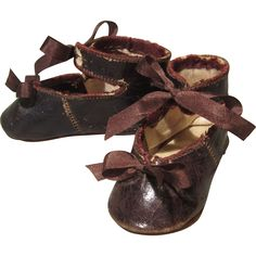 Bronze kid shoes for French bebes are an absolute classic look. This is a lovely pair in bronze glace kid with brown silk bows at the toes and to tie