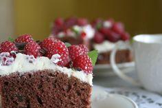 Ciasto czekoladowe z mascarpone i malinami.